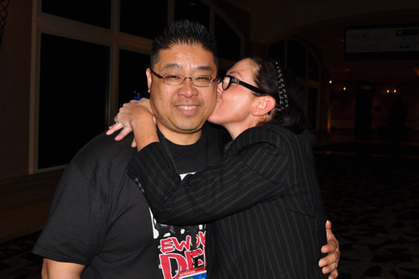 Jennifer Kelton @BadOnlineDates kissing Calvin Lee NMX 2014 photo by Linda Sherman